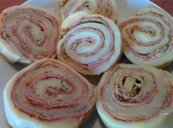 Rulada de Mozzarella, Jambon si Duo de Pesto