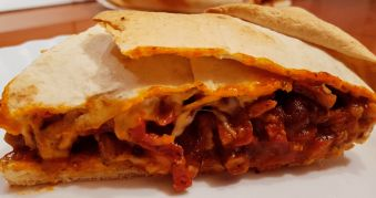 Placinta Mexicana din Tortilla cu Fasole Rosie si Porc